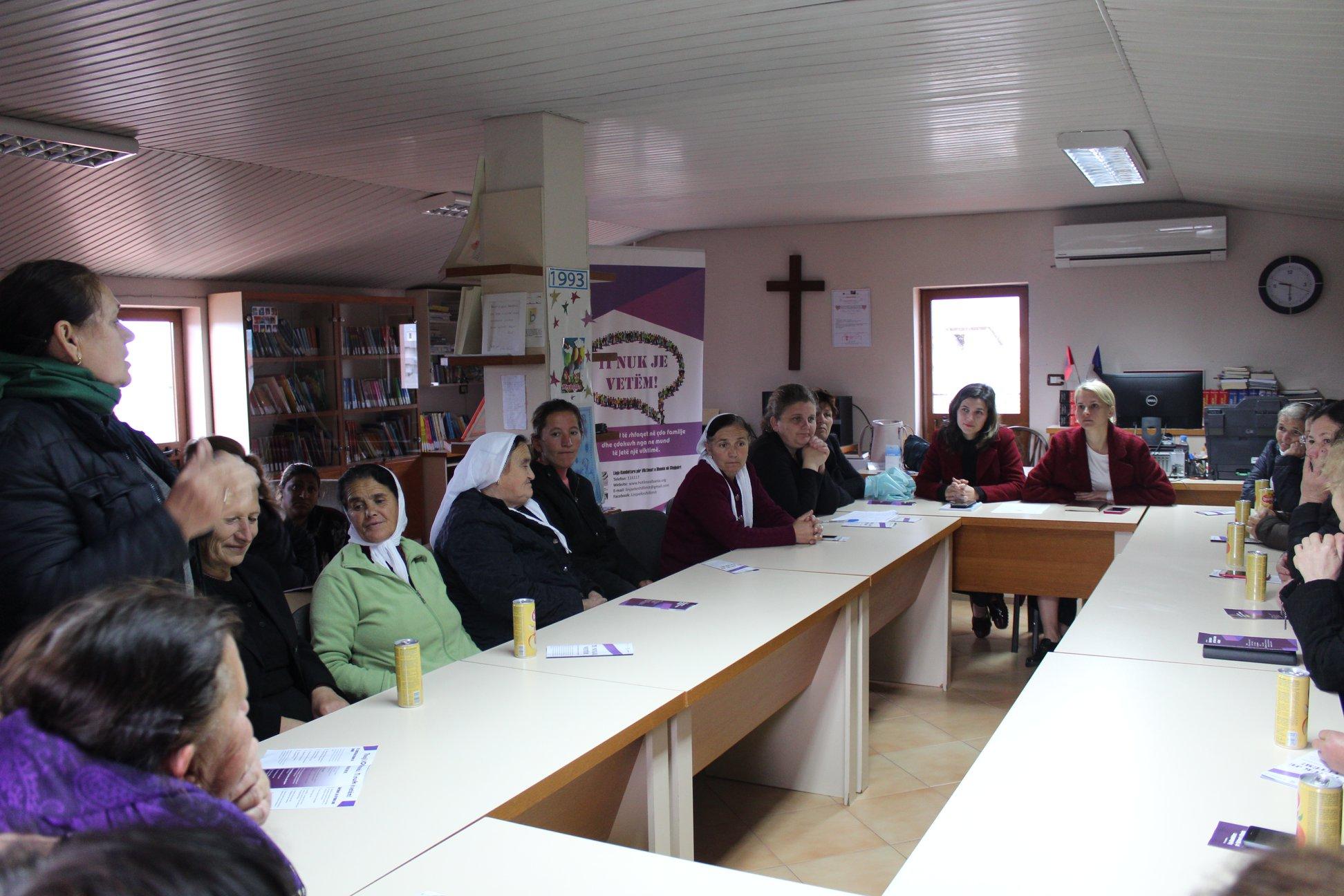 Takim me gratë, banore të Kamzës, pranë Qendrës Shpresë